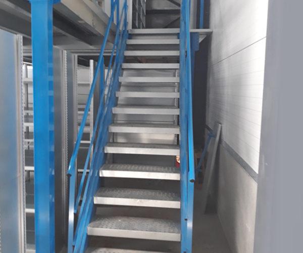 escalier plateforme de stockage
